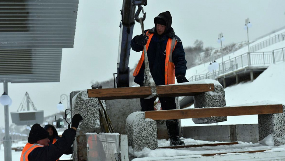 С набережной Оби в Барнауле увозят скамейки.