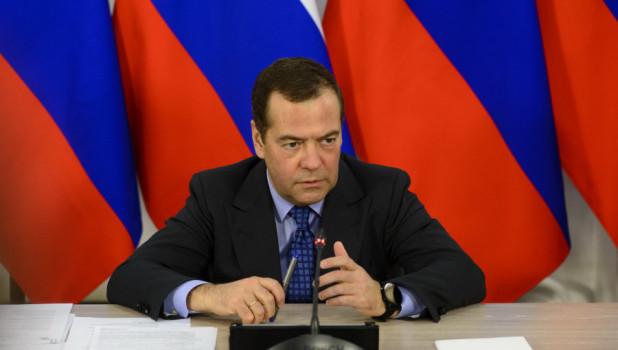 """Медведев назвал Навального политическим проходимцем, который """"подставляет молодежь"""""""