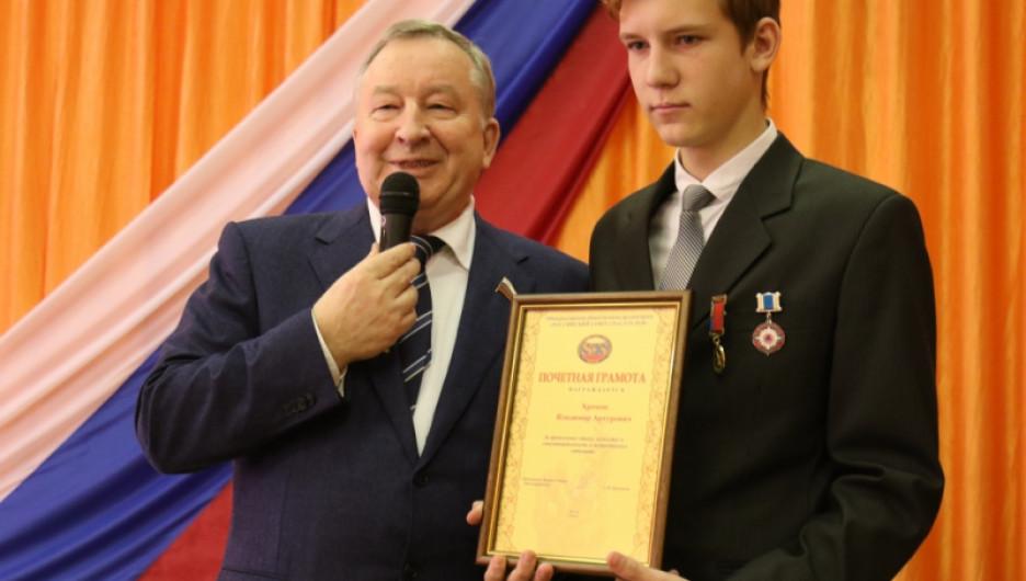 В Заринске наградили школьников-героев.