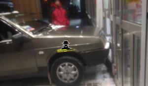 Автомобиль въехал в дверь магазина.