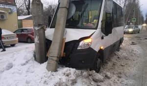 В Бийске автобус с пассажирами налетел на столб