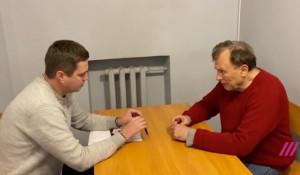 Доцент Олег Соколов (справа) в следственном изоляторе.