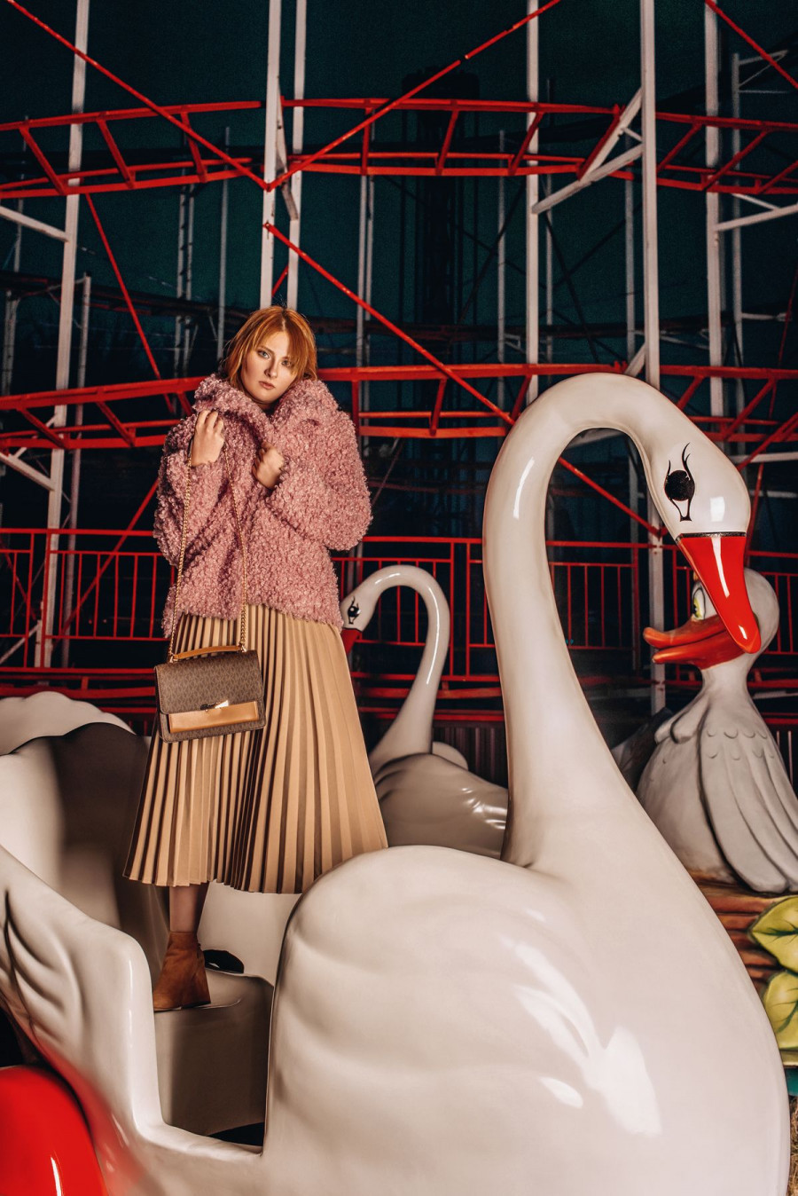 На Диане: шуба Cristina Effe, джемпер Cristina Effe, юбка Akhmadullina dreams, обувь Michael Kors, сумка Michael Kors, @ampersand.barnaul
