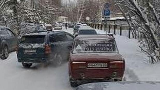 Автомобилисты в очереди, Бийск.