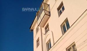 В Барнауле глыба льда едва не упала на женщину.