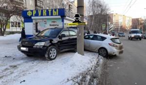 Иномарка в Барнауле врезалась в киоск.