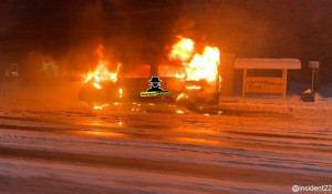 Маршрутка горит в Барнауле 7 декабря.
