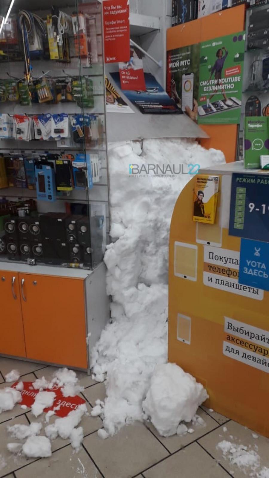 Снег в магазине.