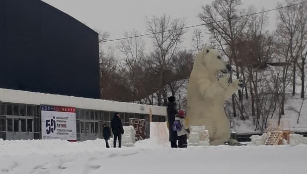 Белый мишка на площади Сахарова.