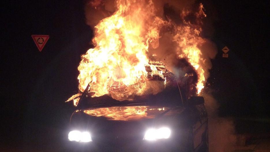 Машина горит.