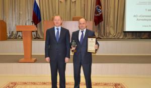 Виктор Томенко вручил генеральному директору компании Сергею Прибу диплом.