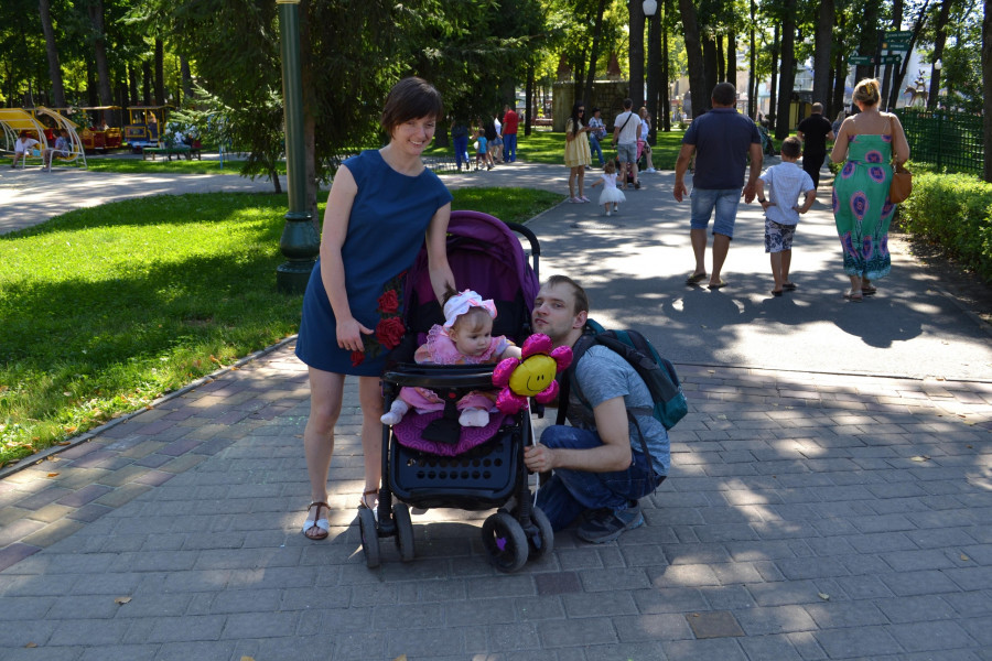 Евгений и Виктория Аведовы с дочкой.