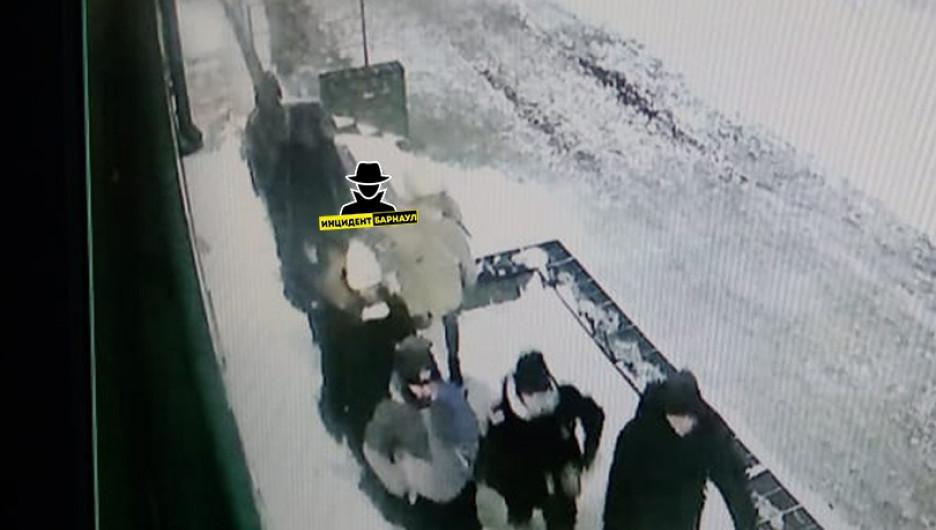 В Барнауле разыскивают подростков, повредивших авто