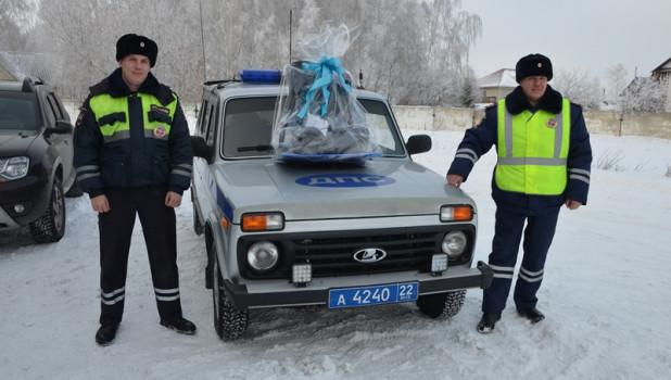 Алтай. Полицейские. Подарили подарок роженице.