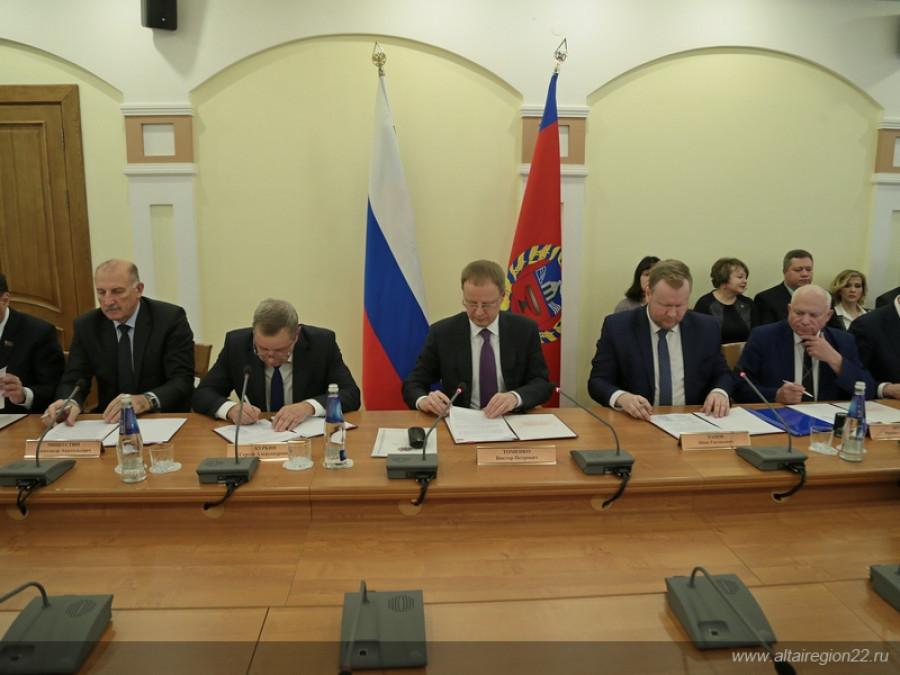 17 декабря 2018 года. Губернатор Виктор Томенко подписывает трехстороннее соглашение о роста зарплаты с профсоюзами и работодателями.
