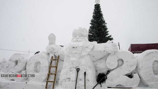 Вандалы разломали снежный городок. Камень-на-Оби.