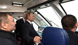Владимир Путин в кабине машиниста поезда на Крымском мосту.