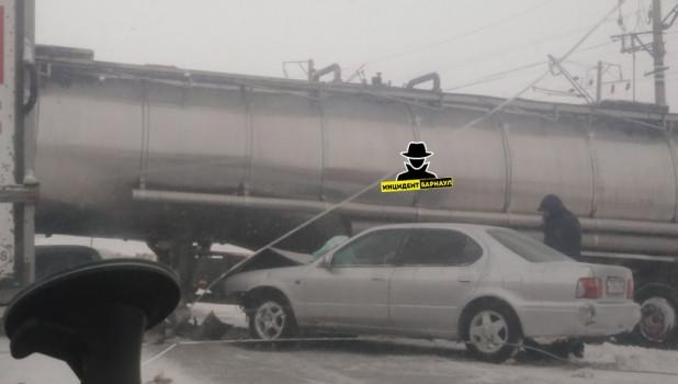 Под Барнаулом в ДТП попал бензовоз.