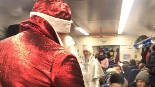 Поздравление в поезде.