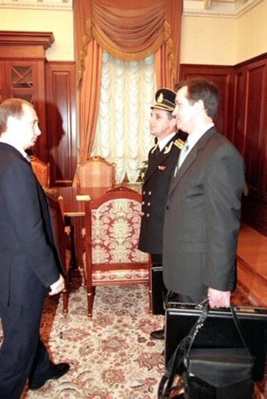 "Церемония передачи ""ядерного чемоданчика"" Владимиру Путину, 31 декабря 1999."