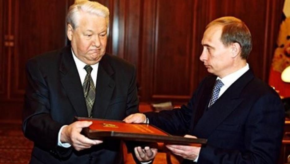 Борис Ельцин передал президентский экземпляр Конституции РФ Владимиру Путину, 31 декабря 1999.