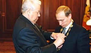 Борис Ельцин передал Владимиру Путину президентский знак.
