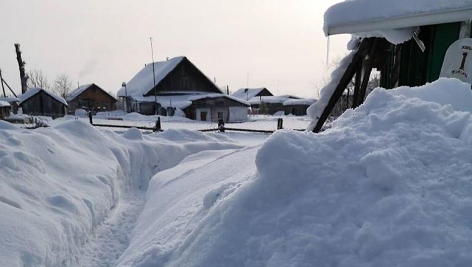 Снег в алтайском селе. Много снега.