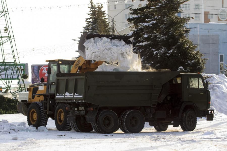 На площади Сахарова разбирают новогодний городок 14 января 2020