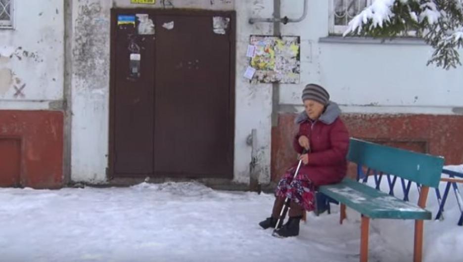 В Бийске родные выгнали бабушку жить на улице.