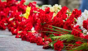 Цветы, мемориал.