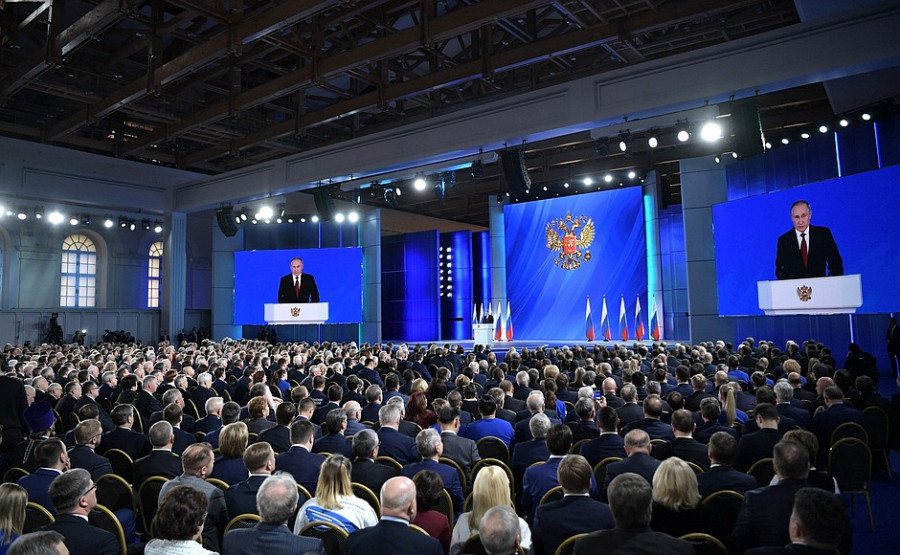 """""""Все решают люди"""". О чем говорил Путин в своем послании 20 лет назад и в прошлом году"""