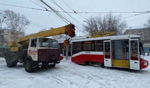 Трамвай слетел с рельсов. Новосибирск.