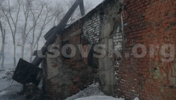 Труба котельной упала на здание школы. Рубцовск.
