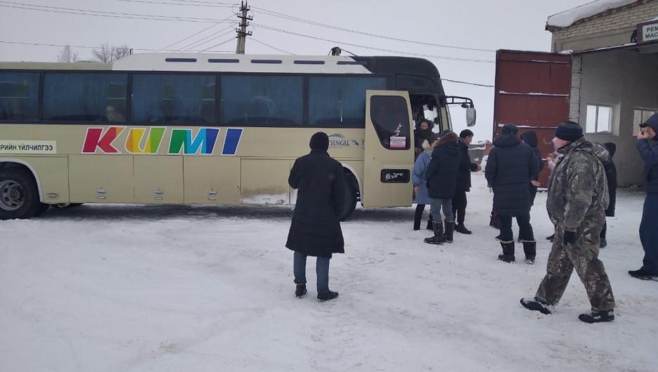 Автобус с иностранными студентами сломался в Алтайском крае.