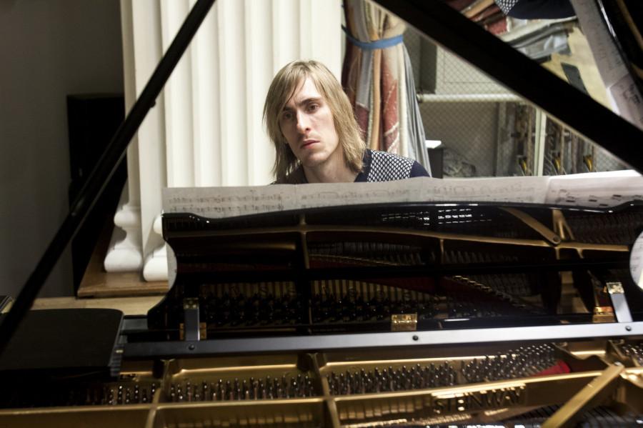 Музыкант Игорь Старков в филармонии