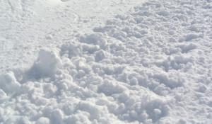 Снег, сугроб.