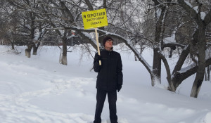 Данил Дегтярев на пикете против корпуса АлтГУ на пл. Сахарова.