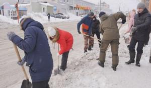 Разгребать завалы в Барнауле вышли студенты-добровольцы.