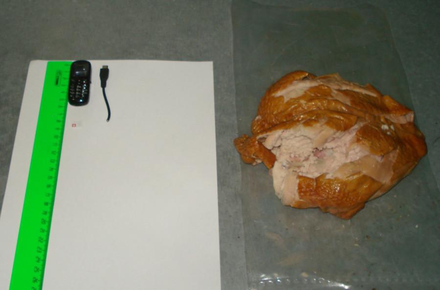 В алтайскую тюрьму передали телефон в курице.