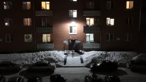 Снег сошел с крыши и сломал козырек подъезда.