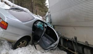 Водитель выехал на встречную полосу и врезался в грузовик. Республика Алтай.