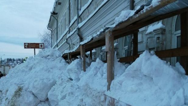 Проход в центре Барнаула завален снегом.