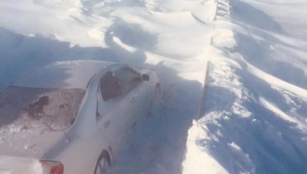 Занесенная снегом трасса в Казахстане.