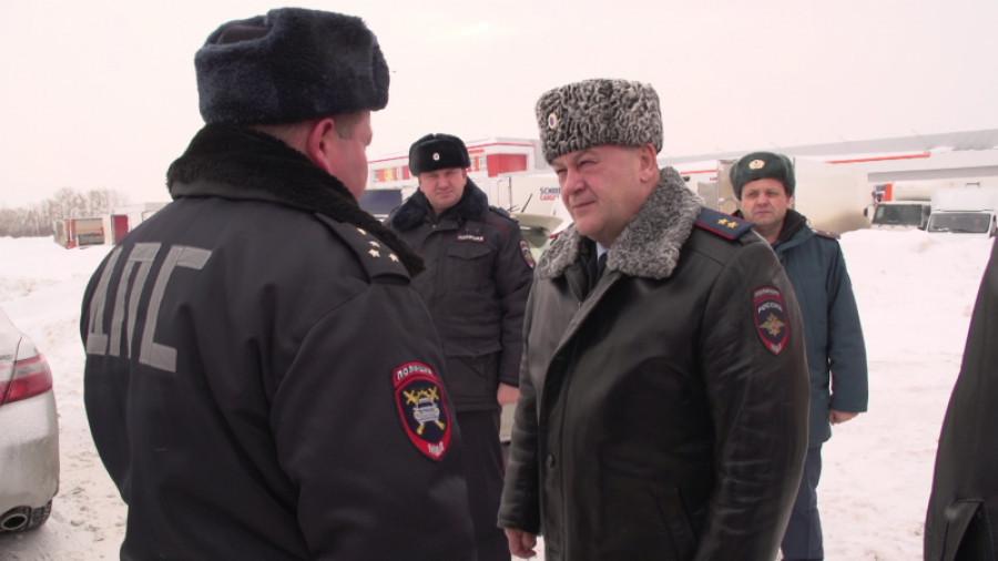 Главный полицейские проконтролировал работу ГИБДД в метель.