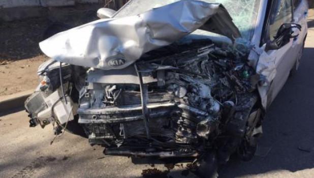 Kia Rio намеренно вытолкнули на встречную полосу, где она врезалась в Mitsubishi Lancer.
