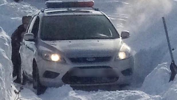 Сотрудники ГИБДД застряли на заснеженной дороге в Новоалтайске