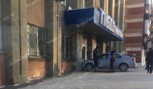 Водитель врезался в здание ГИБДД Кемерова.