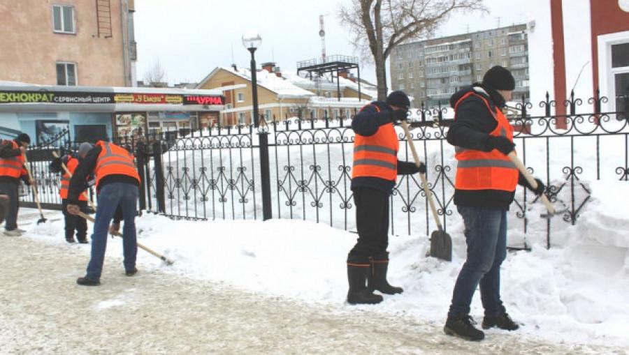 Осужденные убираются в Барнауле.