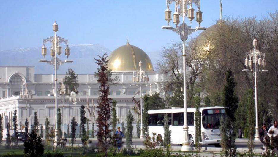 Неожиданно. В Туркмении чиновников и бюджетников старше 40 обязали стать седыми