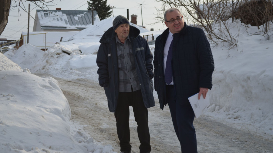 Юрий Калашников (справа) встречается с жителем оштрафованной улицы.